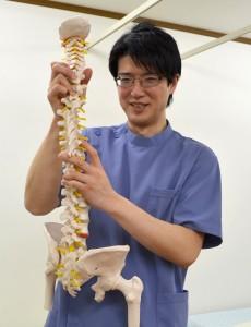 骨を持つ接骨院の先生